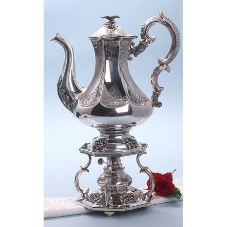 Biedermeier zilveren theepot op een komfoor