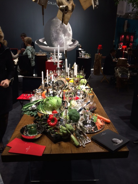 gedekte tafel met zilver en bloemen