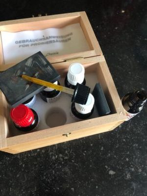 Toetsset voor goud en zilver. Diverse soorten toetswater voor zilver en diverse gehaltes goud.
