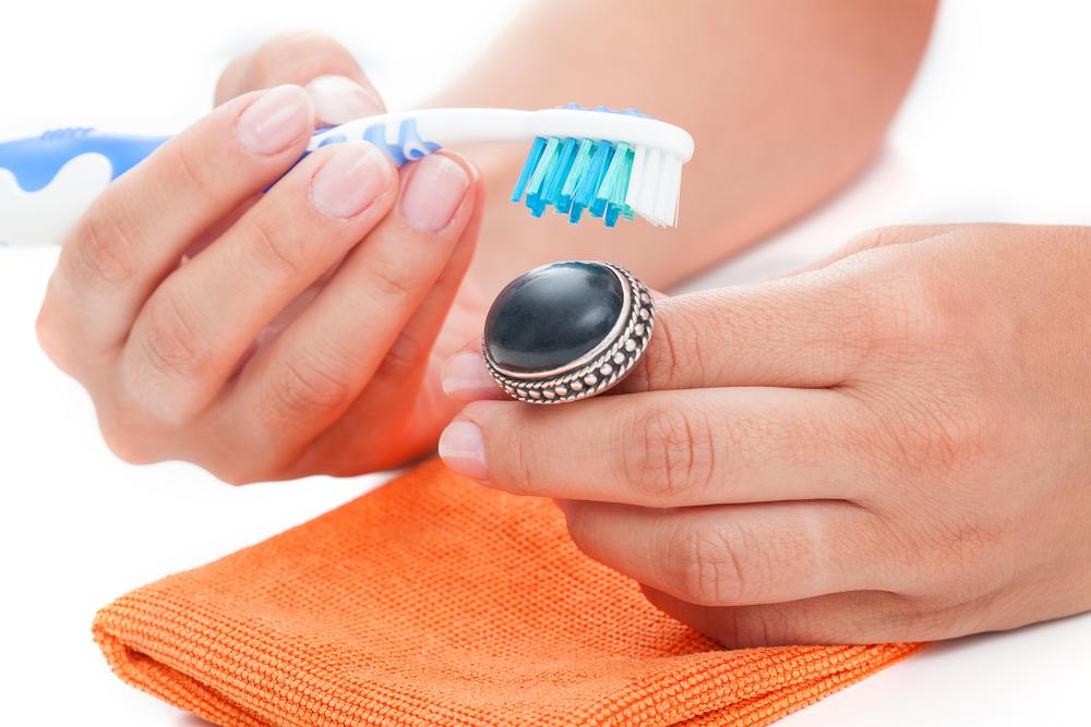Zilveren sieraden onderhouden en mooi houden