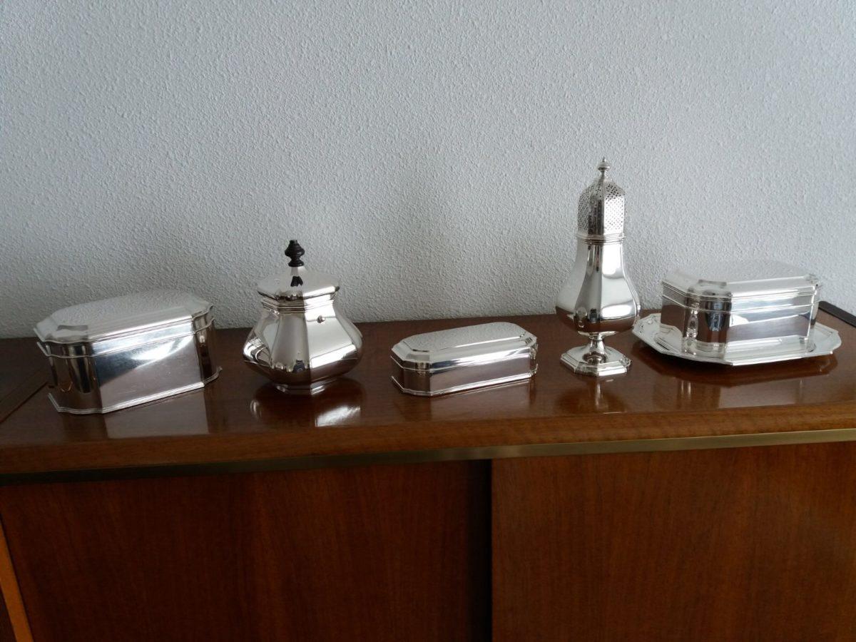 Verschillende zilveren onderdelen van Versailles bolpas