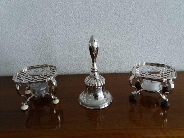 zilveren tafelbel met twee zilveren komfoortjes
