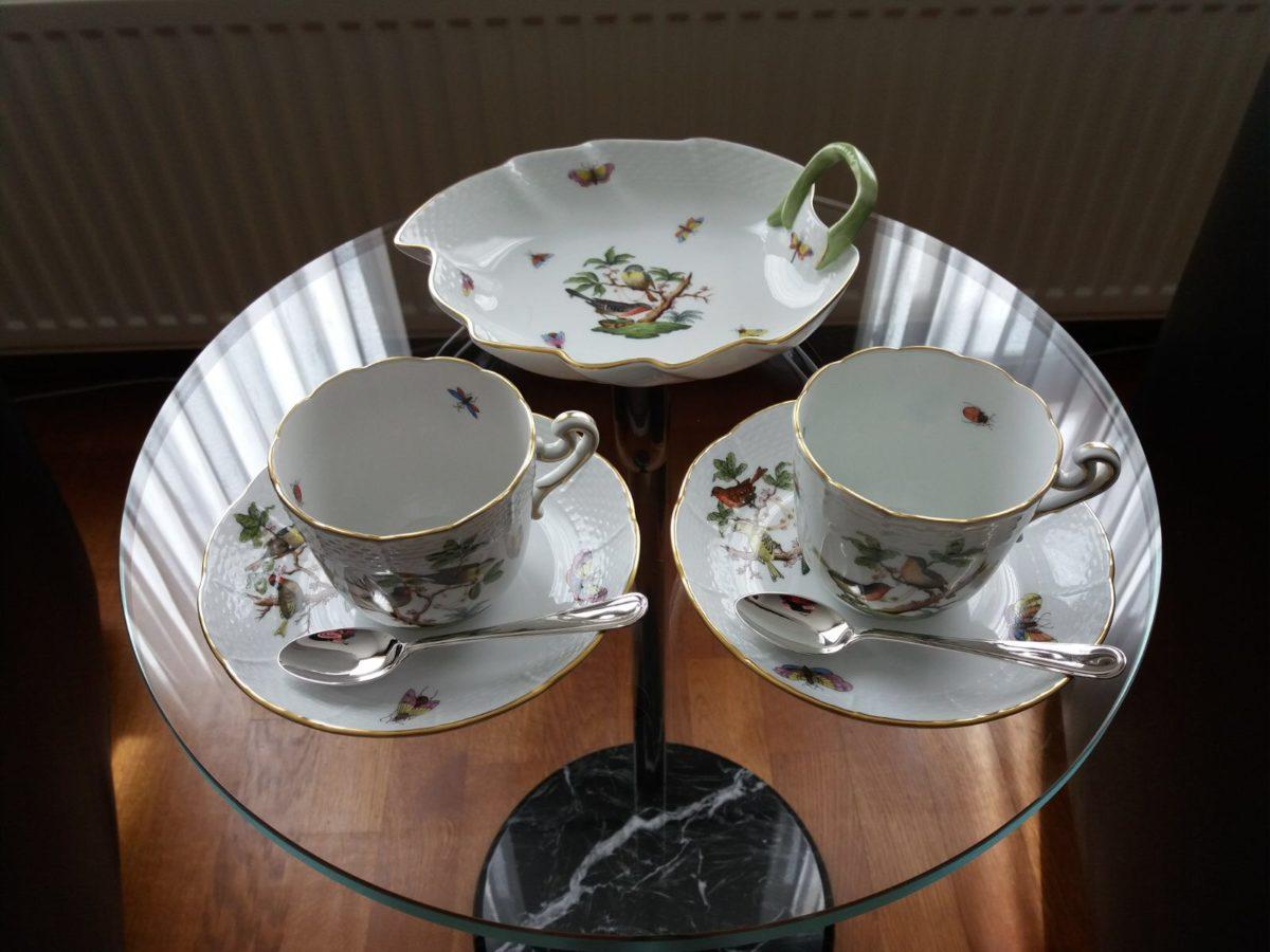 Porseleinen kopjes met zilveren lepeltjes