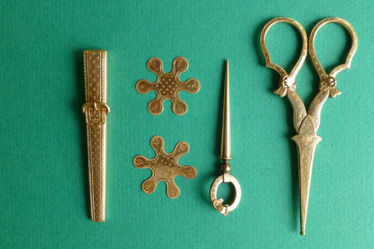 antiek gouden naaigarnituur met gespmotief