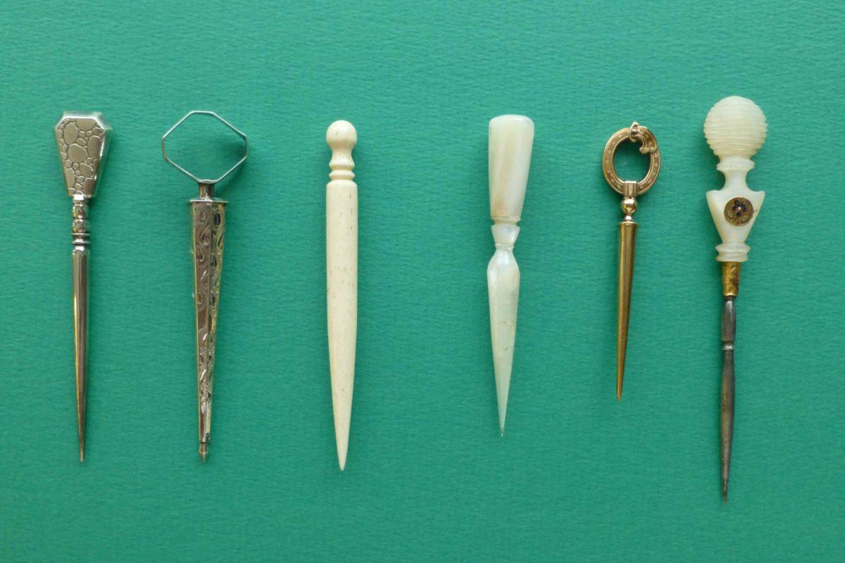 Diverse 19e eeuwse naaipriemen in diverse materialen