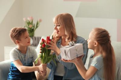 Moederdag met kinderen en cadeautjes