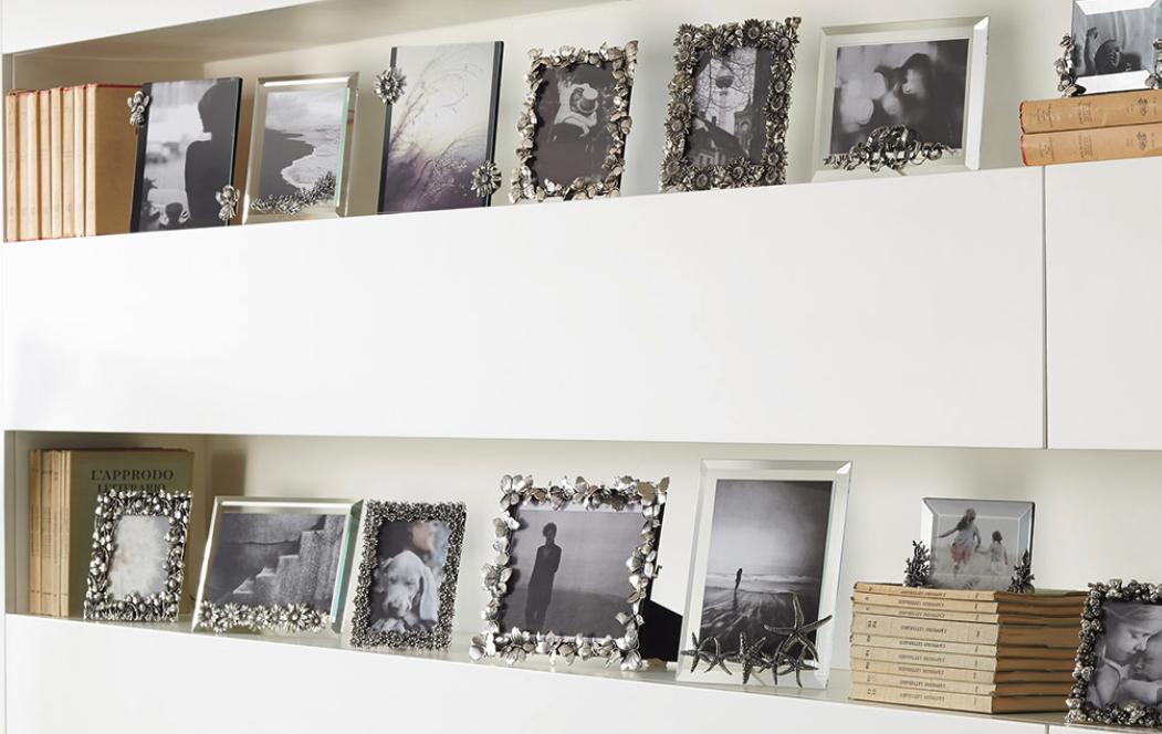 verschillende zilveren fotolijsten van Raspini