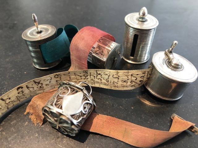 zilveren houders met meetlintjes, zilveren centimeterhouders, zilveren meetlintjes
