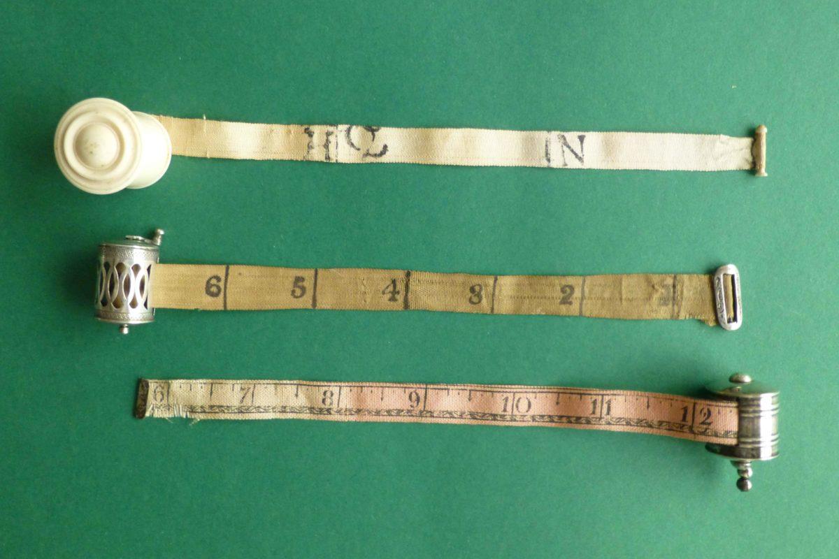 antieke meetlintjes centimeterhoudertjes