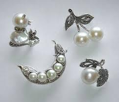 Zilveren broches bezet met markasiet en parels