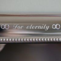 Infinity teken gegraveerd op een zilveren fotolijst