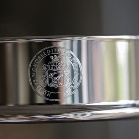 graveervoorbeeld van een familiewapen op een zilveren flessenbak