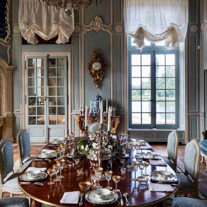 gedekte tafel met zilver bestek en zilveren kandelaars