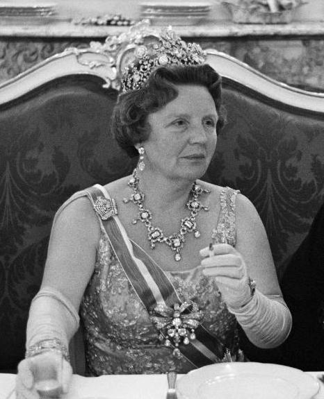 Koningin Juliana met de Stuart diadeem, de broche en de door Koningin Maxima gedragen oorbellen.