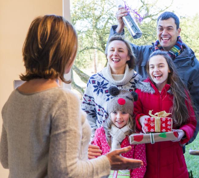 Kerst vieren met familie en vrienden met zilver bestek