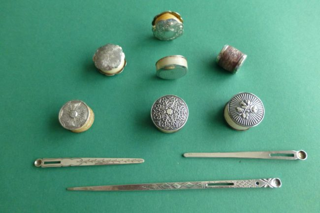 Antiek zilver naaigerei wasklosjes rijgnaalden