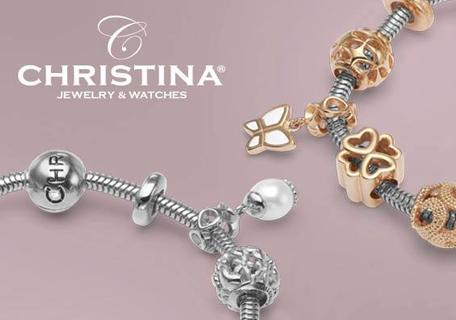 Christina bedels aan een zilveren armband bij Zilver.nl