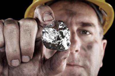 een brok zilver in de hand van een mijnwerker Zilver.nl