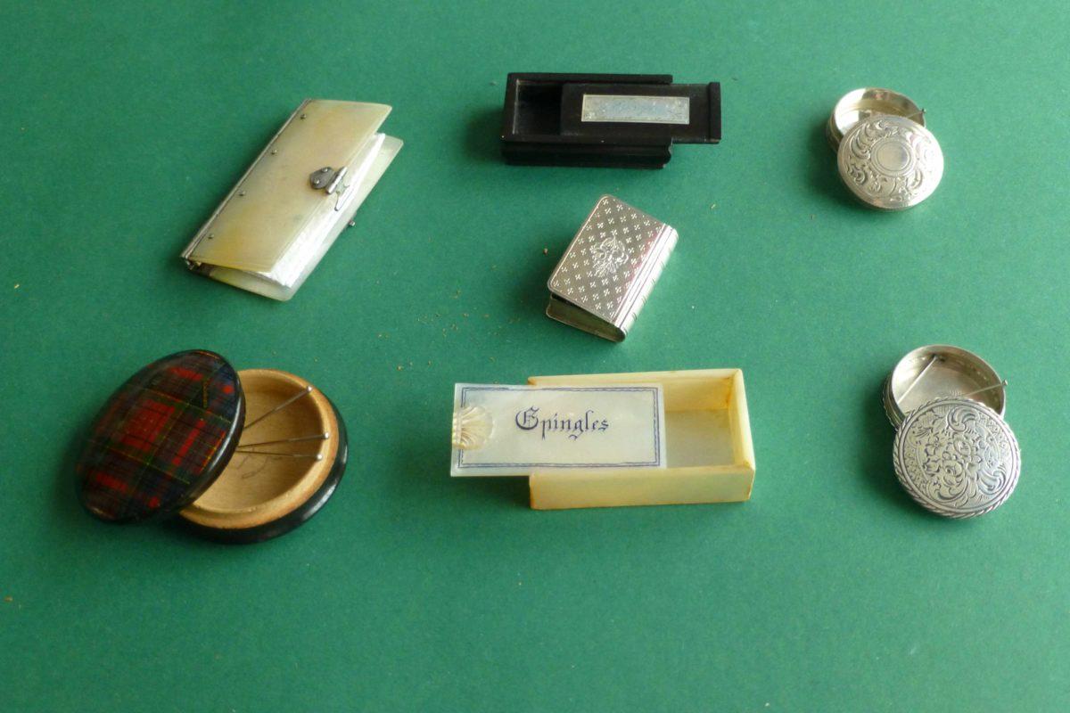 Platte antieke speldendoosjes