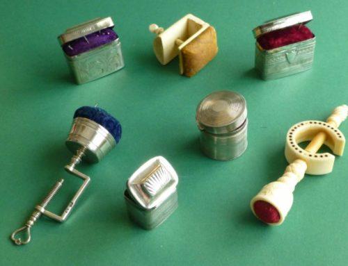 Over speldenkussens en speldendoosjes – hoe werden kostbare spelden bewaard?