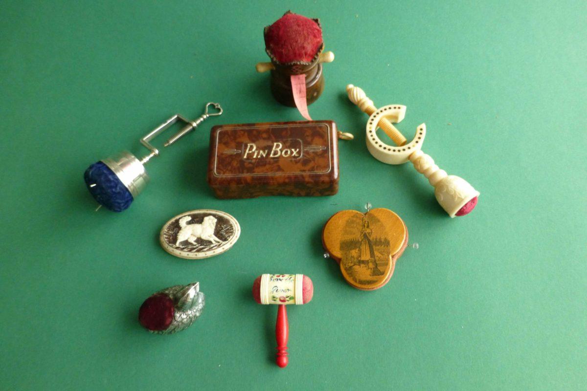 over antieke speldenkussen en naalden