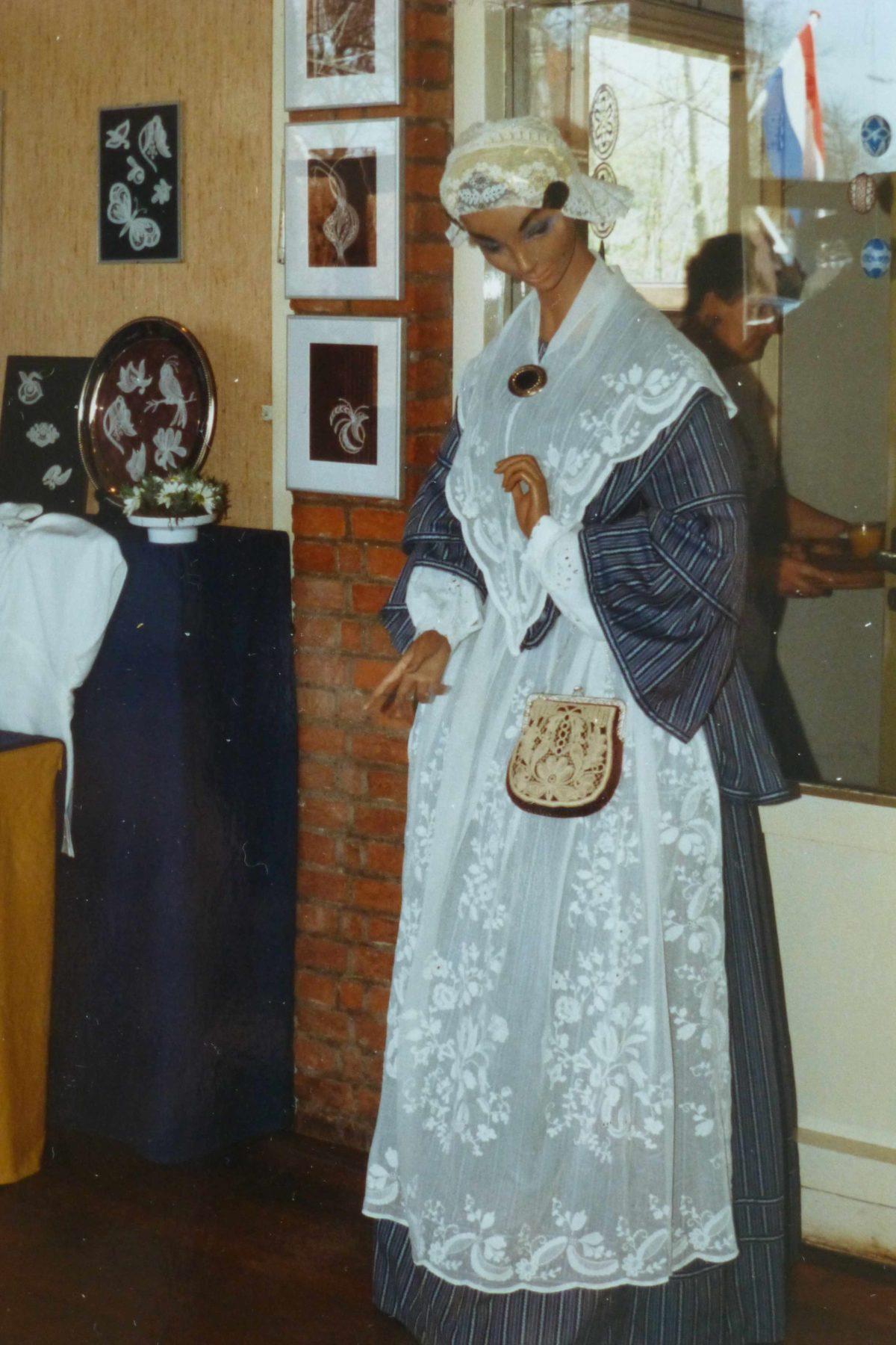 Friese kledendracht met fijn tamboureerwerk