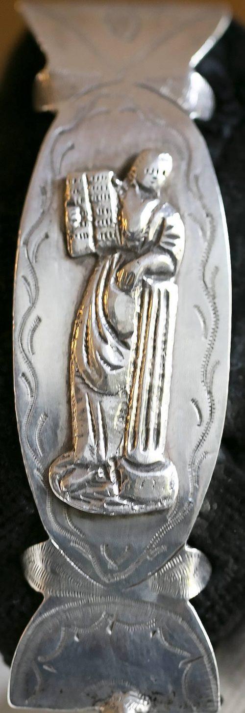 Figuur leunt op zuil met boek afbeelding van het geloof