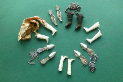 antiek naaigerei breipendoppen laarsjes en slofjes
