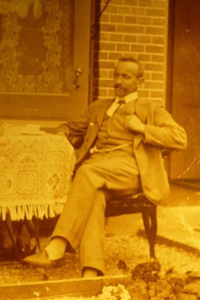 Heer met een zilveren horlogeketting uit 1905