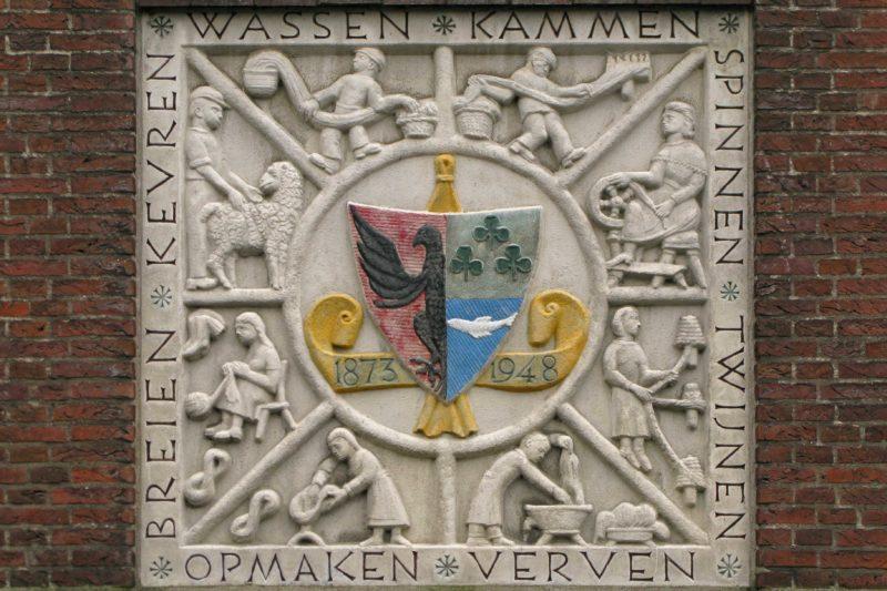 Gevelsteen met wapen van eigenaren van textielfabriek met beroepen er omheen Blog Zilver.nl