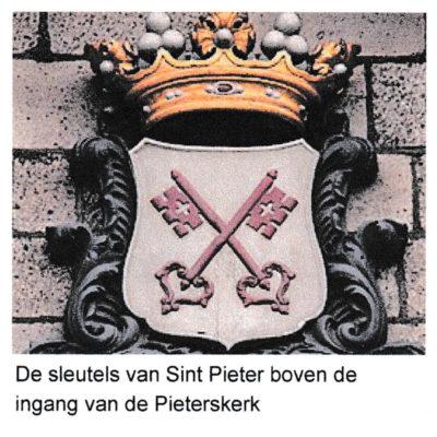 De sleutels van Leiden boven de ingang van de Pieterskerk