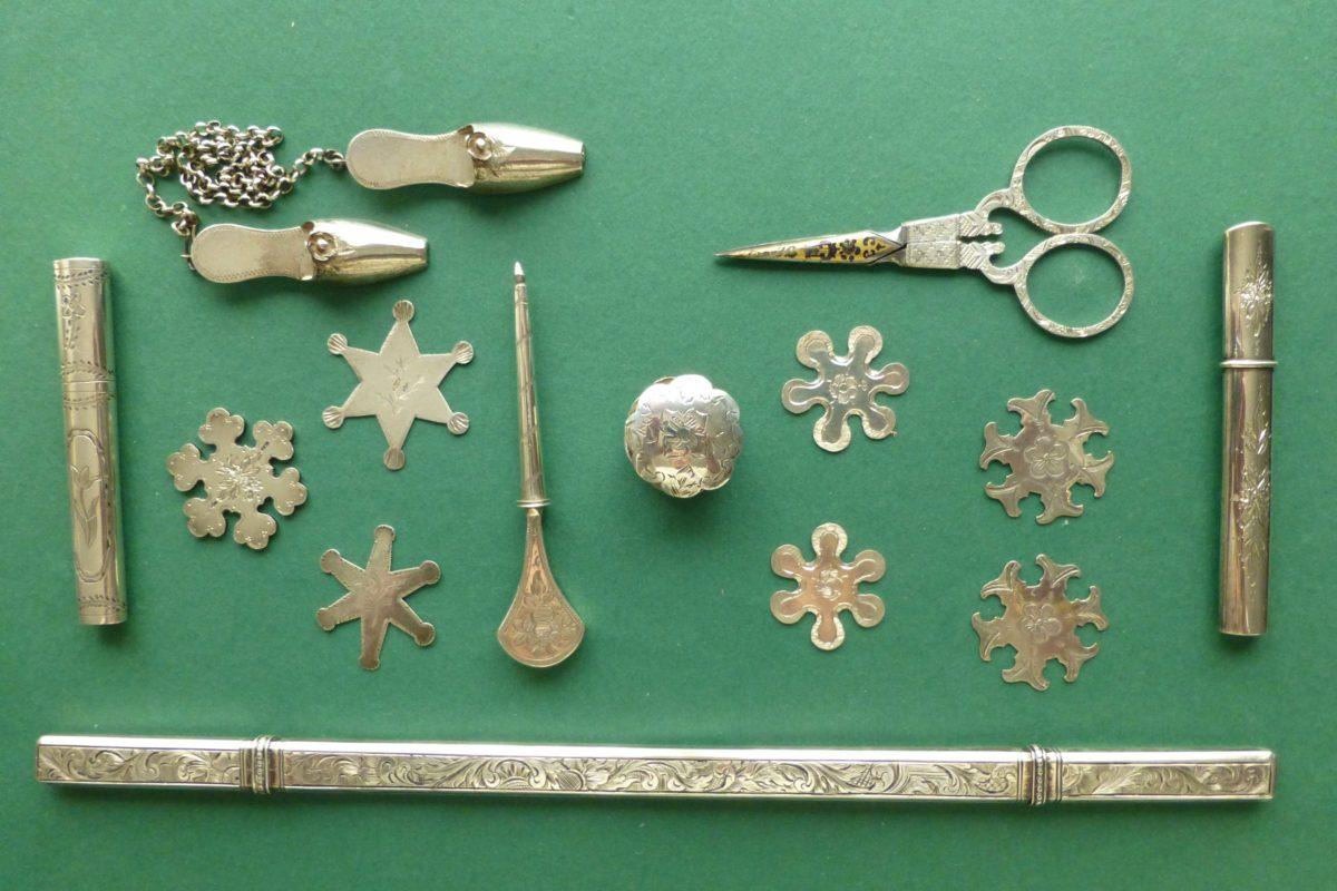 Diverse zilveren voorwerpen met één overeenkomst : ze zijn prachtig gegraveerd met bloemen