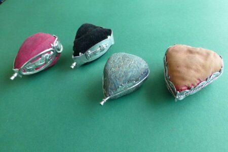 Vier antieke zilveren speldenkussens