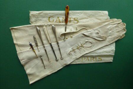 Lange antieke handschoenen met zilveren knoophaakjes Blog Zilver.nl